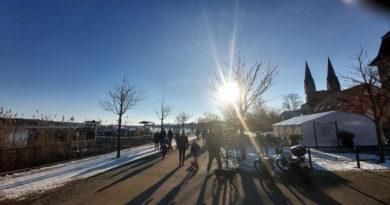 Tausende genießen Sonne auf Seepromenade